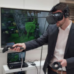 Mann testet die VR-Reparatur von Voith