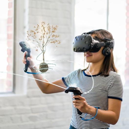 Kind lernt in VR-Brille mit AR Hologramm