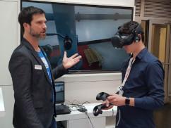 Mann erklärt Wartung mit VR-Brille