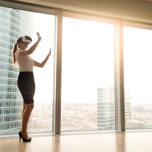 Frau mit VR-Brille gestaltet Architektur