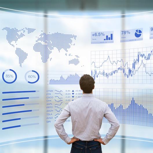Mann vor AR Hologramm für Finanzen