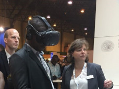 Mann testet VR-Brille