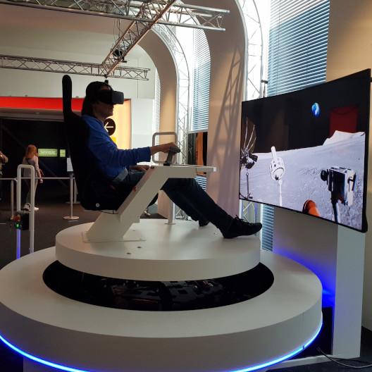 Mann testet VR-Mondfahrt im digitalisierten Museum