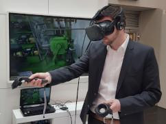 Mann testet VR-Fernwartung