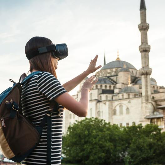 Mädchen mit VR Brille bei virtuellem Tourismus