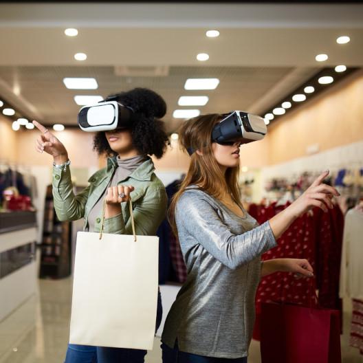 Frauen mit VR Brille beim Shopping