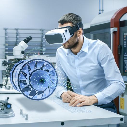 Mann in VR Brille mit moderner Technologie
